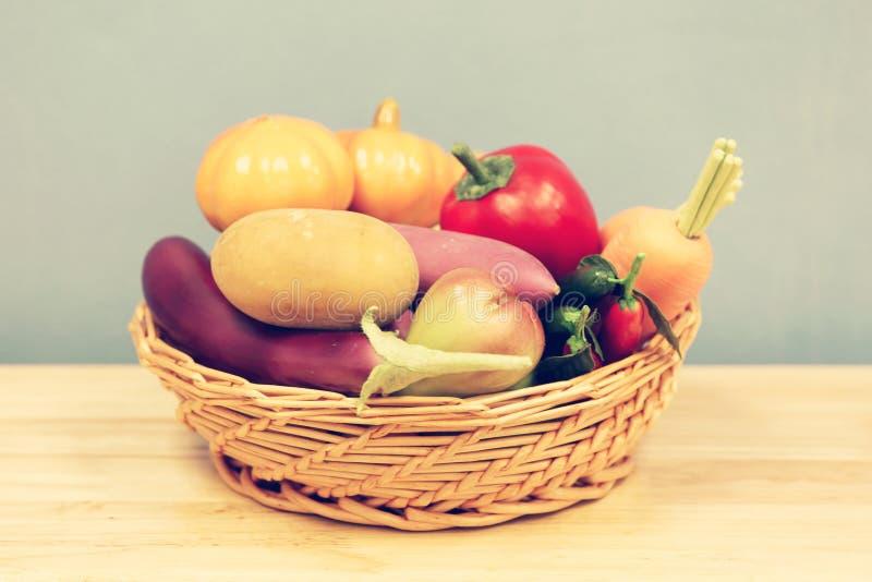 Grupo de verdura plástica de la mezcla en cesta imagen de archivo libre de regalías