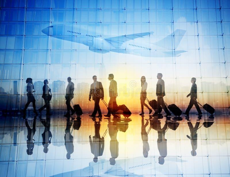 Grupo de viajantes de negócios que andam em um aeroporto imagem de stock