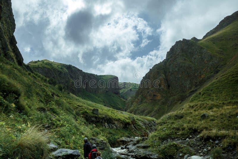 Grupo de viajeros que caminan adelante en las montañas del verano, concepto del viaje del viaje del viaje fotografía de archivo libre de regalías