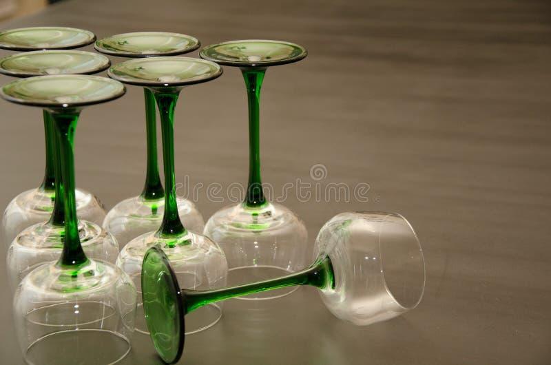 Grupo de vidros de vinho provindos verdes clássicos fotos de stock