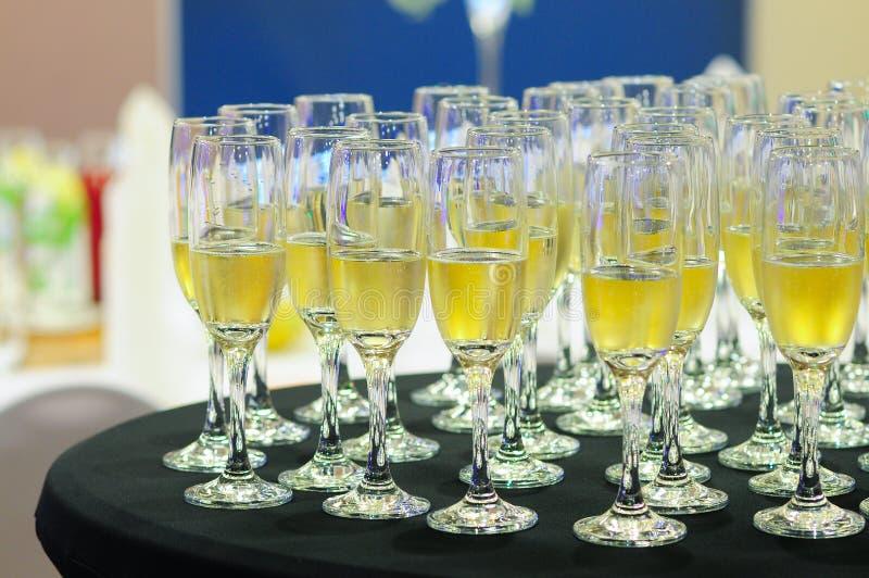 Grupo de vidros preenchidos com o champanhe imagem de stock royalty free