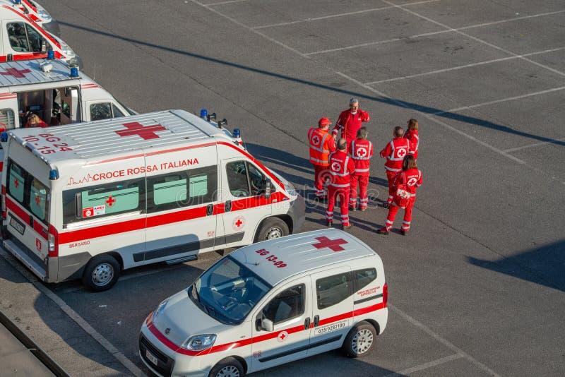 Grupo de voluntários médicos dos primeiros socorros em posição com as ambulâncias fora do estádio fotos de stock