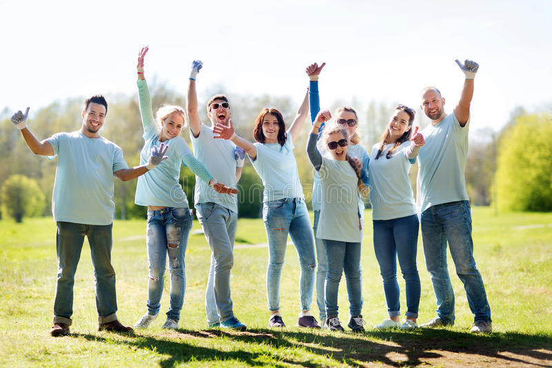 Grupo de voluntários que mostram os polegares acima no parque fotos de stock royalty free