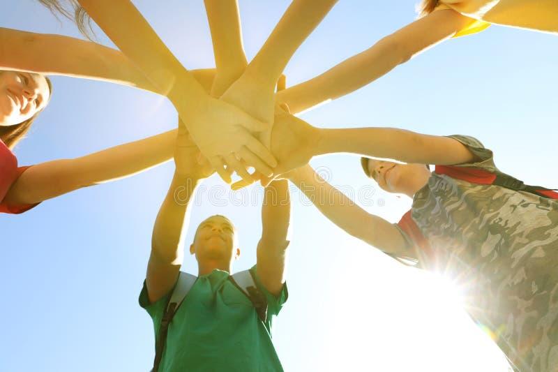 Grupo de voluntários que unem as mãos, vista inferior foto de stock royalty free