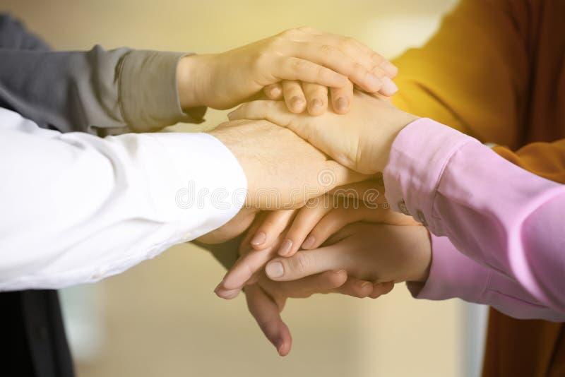 Grupo de voluntários que unem suas mãos, close up fotos de stock