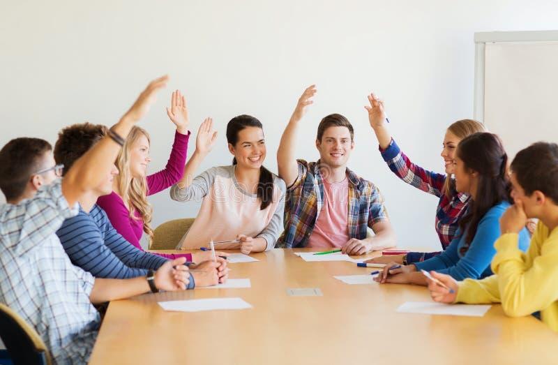 Grupo de votação de sorriso dos estudantes fotografia de stock