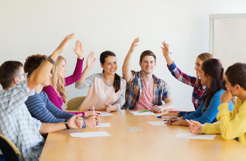 Grupo de votación sonriente de los estudiantes fotografía de archivo