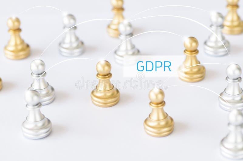 Grupo de xadrez com o outro fundo, o conceito como uma comunicação e o GD imagem de stock