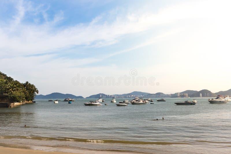 Grupo de yates amarrados en el Praia DA Enseada, Guaruja, el Brasil fotografía de archivo