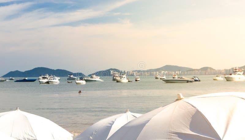 Grupo de yates amarrados en el Praia DA Enseada, Guaruja, el Brasil foto de archivo libre de regalías