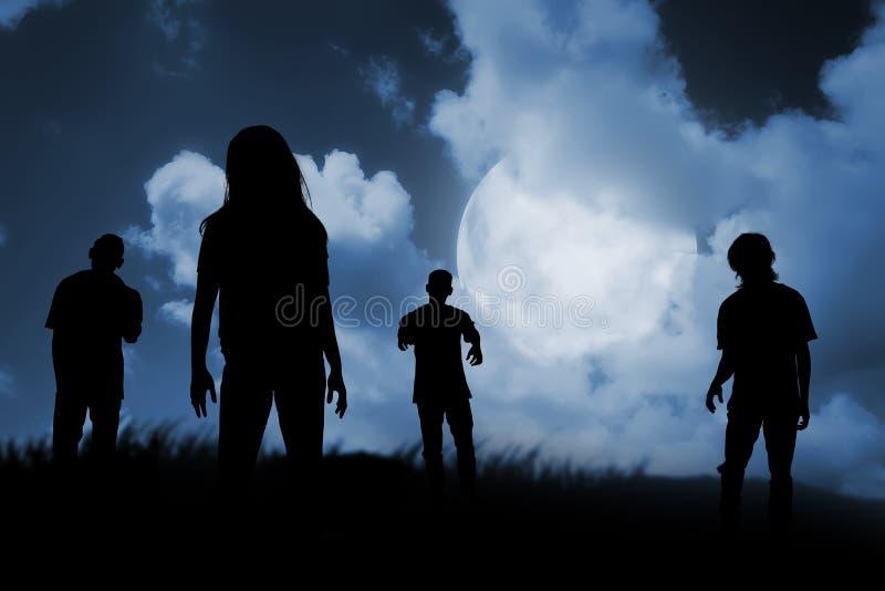 Grupo de zombi que camina en la noche imagenes de archivo