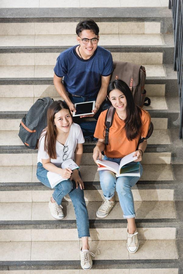 Grupo del alto ángulo de la visión superior de varón y de estudiantes fotografía de archivo