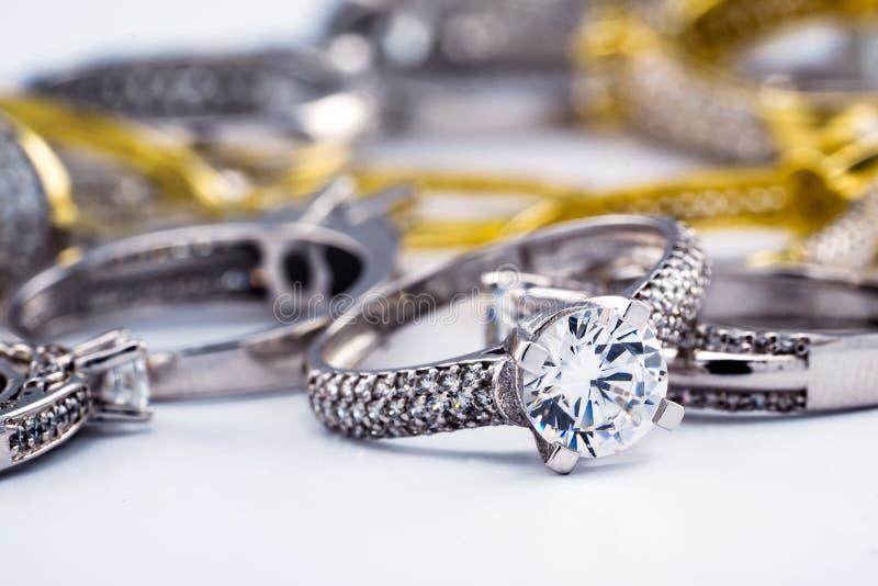 Grupo del anillo de bodas de diamante del compromiso en el fondo blanco, diamante, anillos de oro fotos de archivo