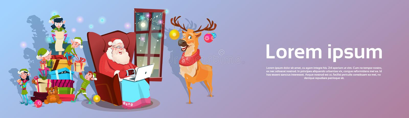 Grupo del ayudante de Santa Claus Using Laptop Green Elf con la actual bandera de la Feliz Navidad de la Feliz Año Nuevo libre illustration