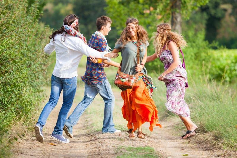 Grupo del Hippie afuera imagen de archivo libre de regalías