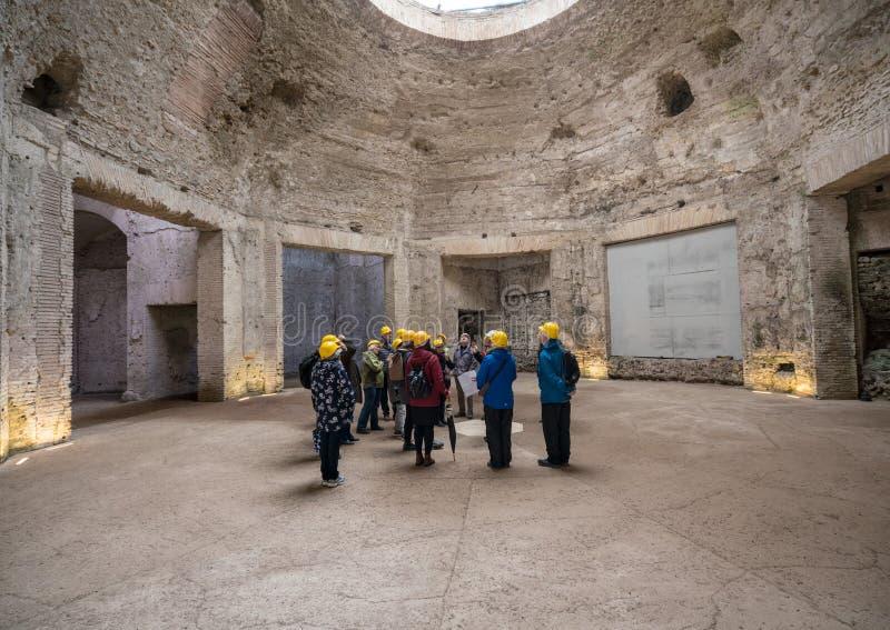 Grupo del viaje dentro de Domus Aurea en Roma fotografía de archivo