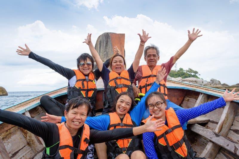 Grupo del viajero que es familia grande gozar en el barco foto de archivo
