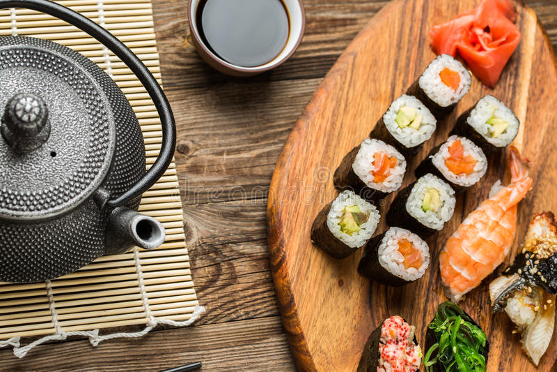 Grupo delicioso de sushi, de rolos e de gunkan japoneses fotos de stock