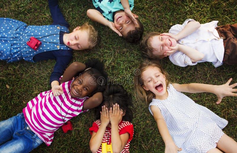 Grupo diverso alegre de pequeños niños imágenes de archivo libres de regalías