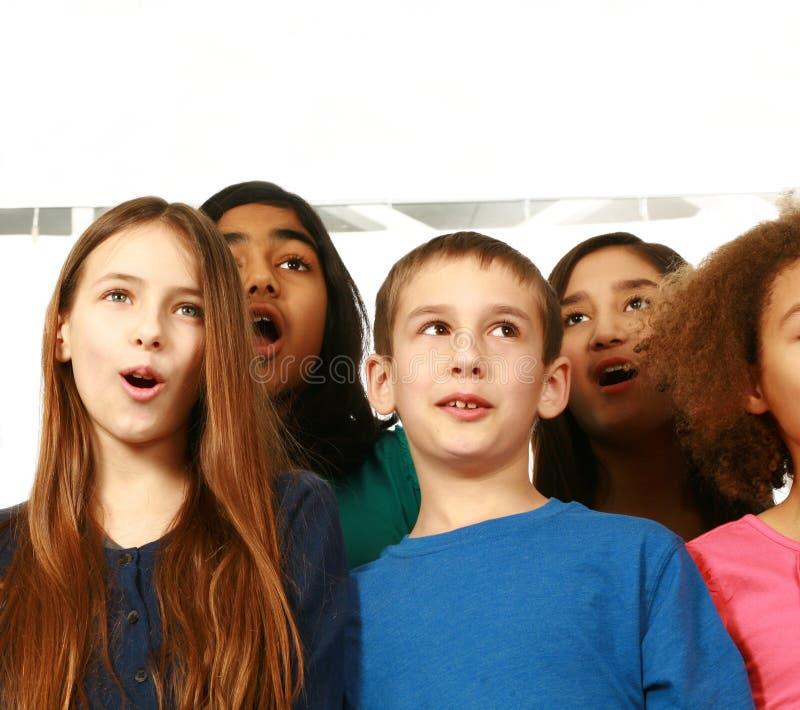 Grupo diverso de crianças que cantam foto de stock