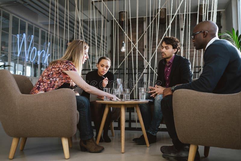 Grupo diverso de ejecutivos que discuten negocio imagen de archivo