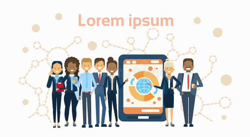 Grupo diverso de empresários sobre o tablet pc de Digitas com negócio Team Presentation Or de Infographic da finança ilustração stock