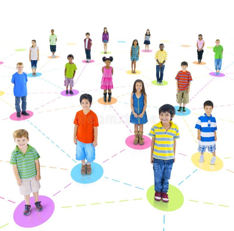 Grupo diverso de estar das crianças imagem de stock