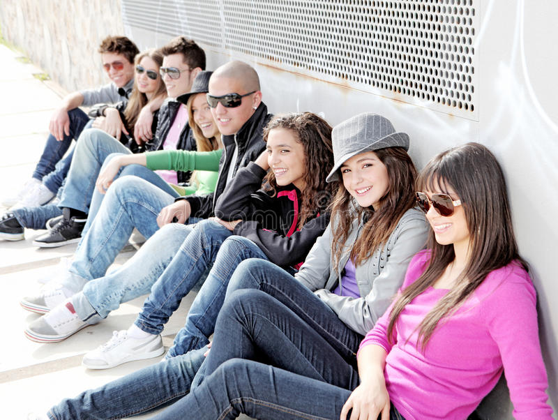 Grupo diverso de estudantes dos adolescentes fotos de stock