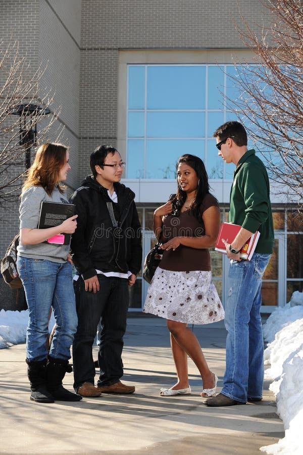 Grupo diverso de estudantes universitários fotos de stock royalty free