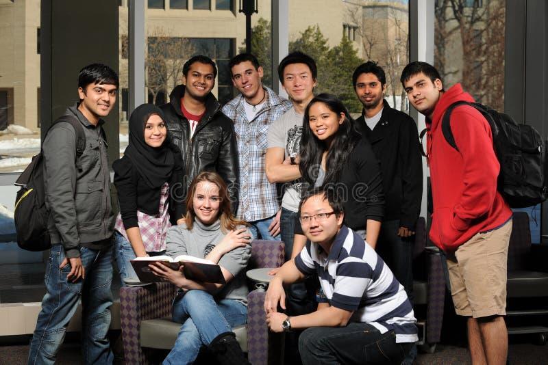 Grupo diverso de estudiantes imagen de archivo libre de regalías