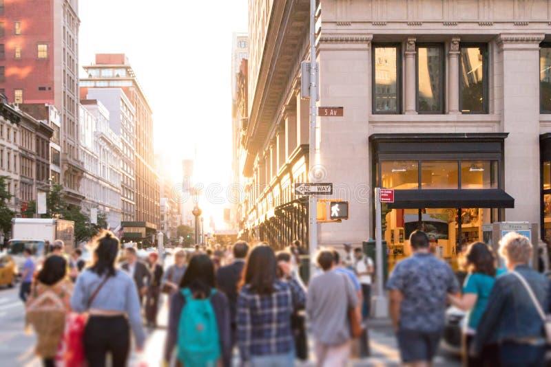 Grupo diverso de gente anónima que camina abajo de la calle urbana ocupada en New York City foto de archivo