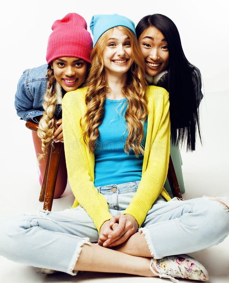 Grupo diverso de las muchachas de la naci?n, compa??a adolescente de los amigos alegre divirti?ndose, sonrisa feliz, presentaci?n fotografía de archivo libre de regalías