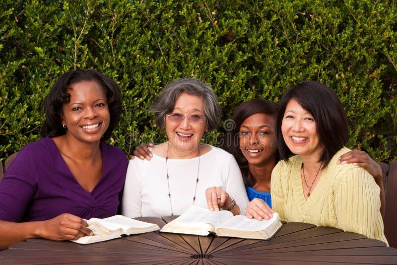 Grupo diverso de mujer en un pequeño grupo imágenes de archivo libres de regalías