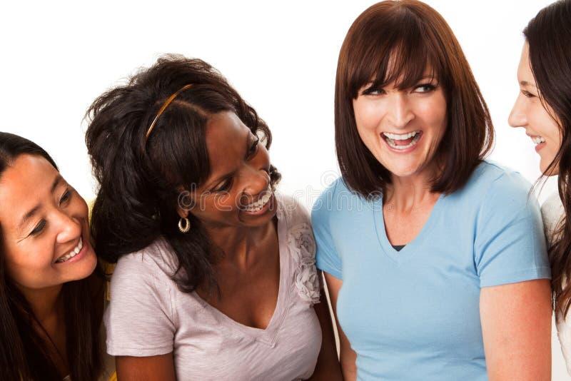 Grupo diverso de mulheres que falam e que riem imagem de stock royalty free