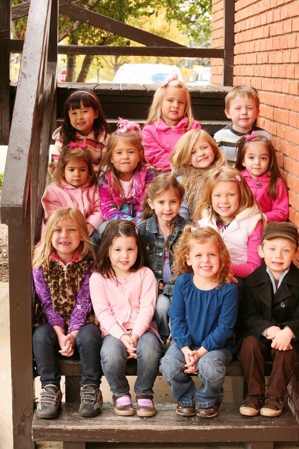 Grupo diverso de niños afuera imagen de archivo libre de regalías