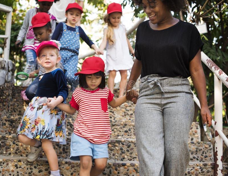 Grupo diverso de niños en un fieldrtip foto de archivo