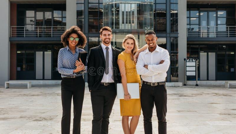 Grupo diverso de profissionais do negócio que estão fora foto de stock royalty free