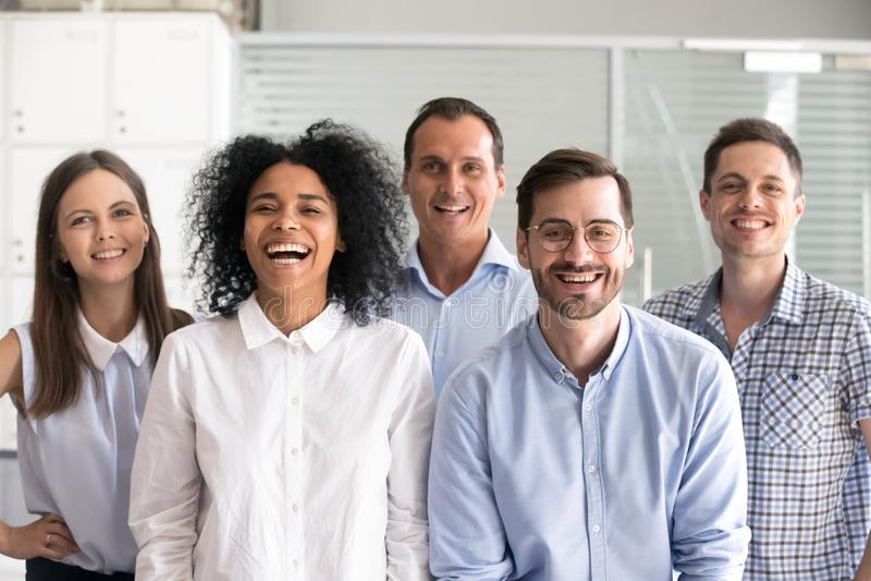 Grupo diverso de risa de los oficinistas, empleados multirraciales fotos de archivo