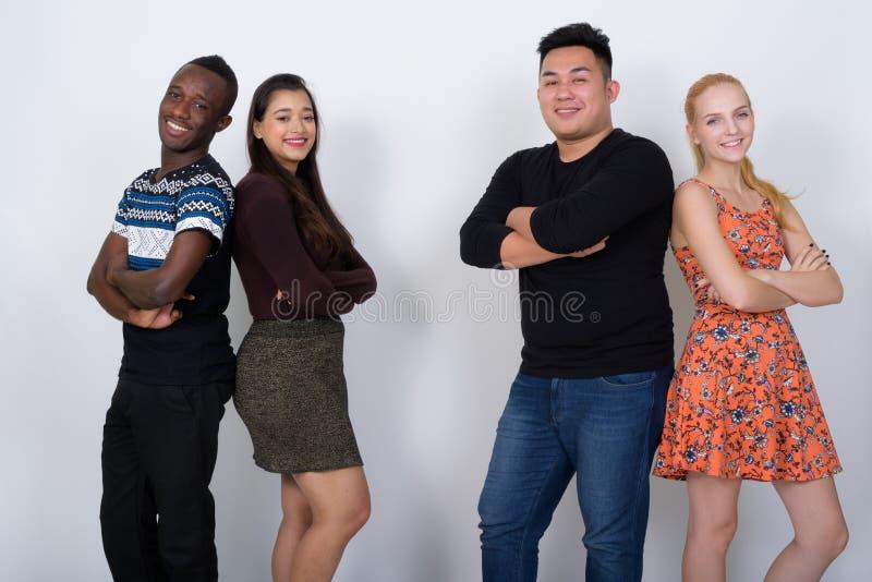 Grupo diverso feliz de amigos étnicos multi que sonríen con cr de los brazos fotos de archivo libres de regalías