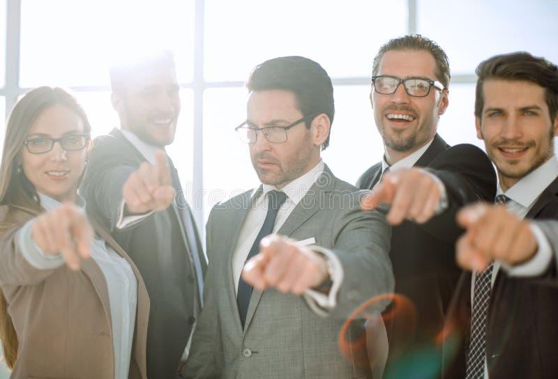 Grupo diverso feliz de executivos que apontam toda em você fotos de stock