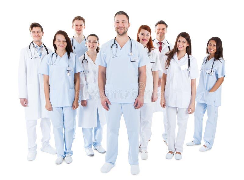 Grupo diverso grande de personal médico en uniforme foto de archivo