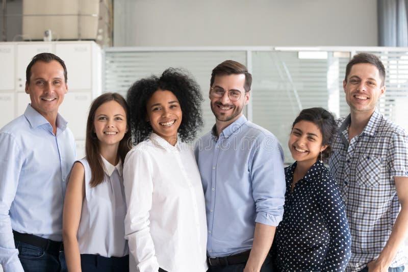 Grupo diverso sonriente de los oficinistas, empleados multirraciales imagenes de archivo