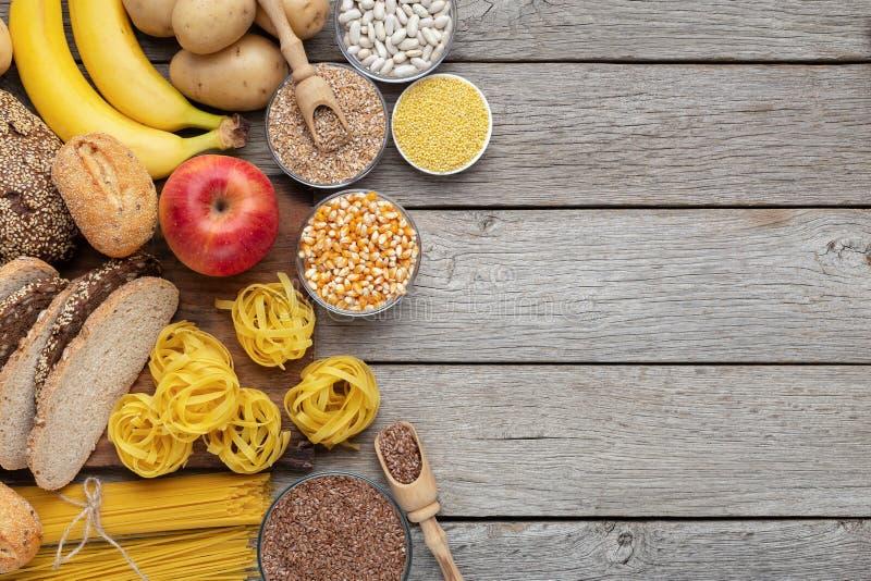 Grupo do alimento wholegrain e dos hidratos de carbono na madeira fotos de stock
