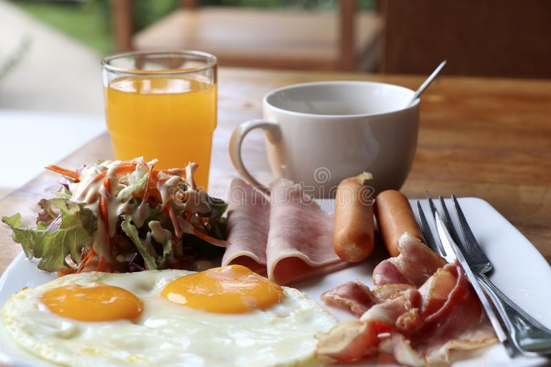 Grupo do café da manhã colocado na tabela, pronto para comer fotos de stock royalty free
