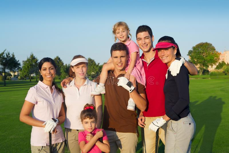 Grupo do campo de golfe de povos dos amigos com crianças fotografia de stock