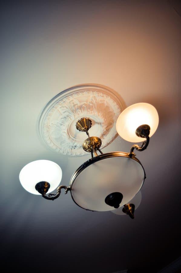 Grupo do candelabro de luzes no teto na sala de visitas, estilo do conceito, a casa, vida fotografia de stock royalty free