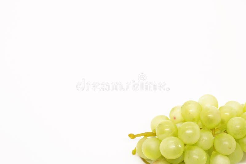 Grupo do close-up em um fundo branco, lugar das uvas para o texto fotografia de stock