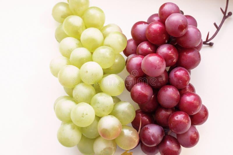Grupo do close-up em um fundo branco, lugar das uvas para o texto fotos de stock
