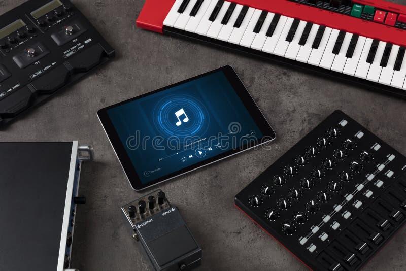 Grupo do DJ, tabuleta e instrumentos de m?sica eletr?nica fotografia de stock royalty free