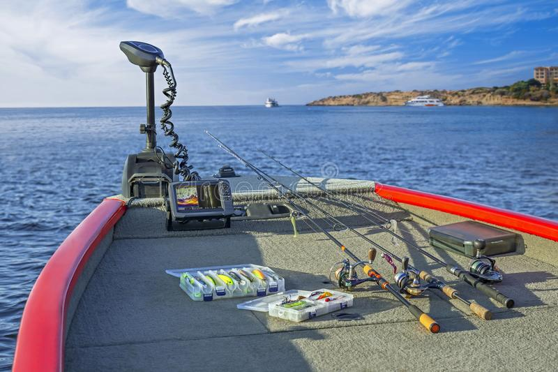Grupo do equipamento de pesca e 'fifhfinder', echolot, sonar no barco Hastes de giro com carretéis foto de stock royalty free